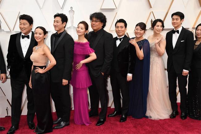 Nữ chính Jo Yeo Jung (thứ hai từ trái sang) vóc dáng nhỏ nhắn khi sánh vai cùng các đồng nghiệp. Ký sinh trùng là một bộ phim điện ảnh hài kịch đen của Hàn Quốc. Tác phẩm đã giành chiến thắng, đoạt giải thưởng Cành cọ vàng danh giá khi tham dự Liên hoan phim Cannes 2019 tại Pháp. Phimtrở thành bộ phim Hàn Quốc đầu tiên trong lịch sử có vinh dự được nhận giải thưởng Cannes. Phim bắt đầu công chiếu chính thức tại Hàn Quốc từ ngày 30/5/2019.
