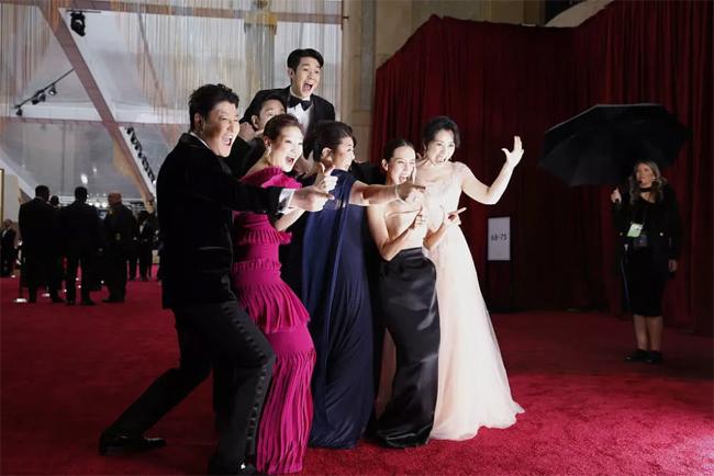 Những khoảnh khắc nhí nhố của đoàn phim.Năm nay, Ký sinh trùng nhận 6 đề cử Oscar, bao gồm Phim xuất sắc, Phim nói tiếng nước ngoài xuất sắc, Đạo diễn xuất sắc, Kịch bản xuất sắc, Thiết kế sản xuất xuất sắc, Dựng phim xuất sắc.