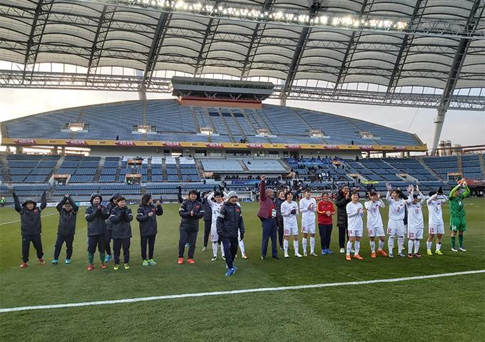 HLV Mai Đức Chung và các thành viên của tuyển nữ Việt Nam cảm ơn CĐV sau trận thua trước Hàn Quốc. Ảnh: VFF.