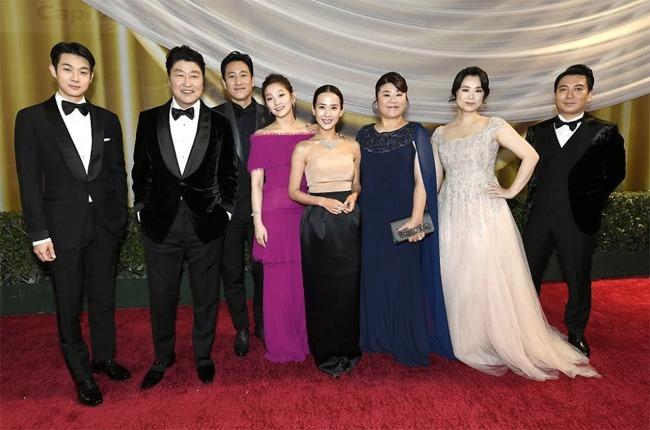 Đoàn phim Ký sinh trùng trên thảm đỏ Oscar.