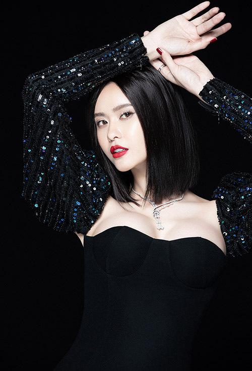 Trương Quỳnh Anh sexy với váy kiểu corset bó ngực.