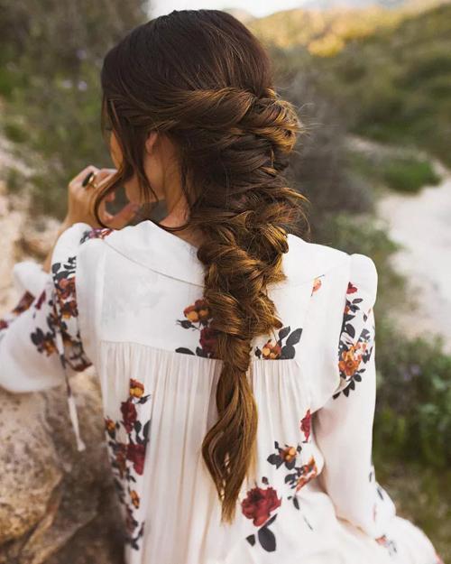Kiểu tóc tết đuôi cá ngẫu hứng dành cho đám cưới rustic. Tóc được bện chặt sau đó làm lỏng ở một số lọn ngẫu hứng. Một số lọn tóc mái được thả rơi.