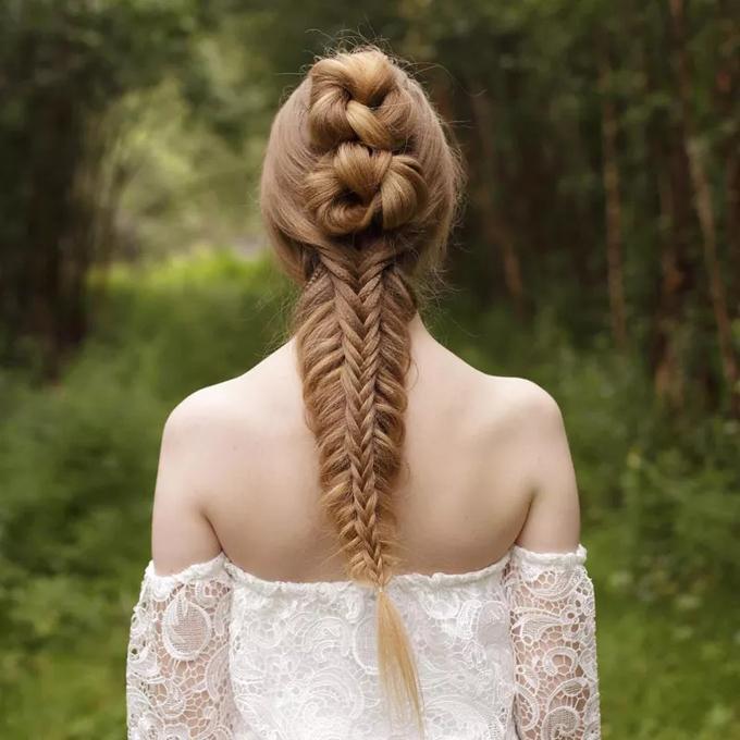Phía nửa trên của mái tóc là các búi tóc như được thắt nút. Phía bên dưới là tóc tết đuôi cá 2 lần, giúp cô dâu nổi bật trong từng tấm ảnh.