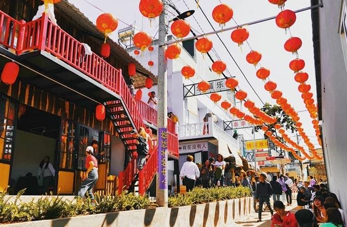 Điểm ăn chơivừa mở cửa đầu năm 2020, mô phỏng con hẻm nhỏ ở Hong Konglà điểm hẹn mới của giới trẻ TP Buôn Ma Thuột, Đăk Lăk. Quán có diện tích rộng, mỗi ngày đón hàng trăm lượt khách đến chơi.