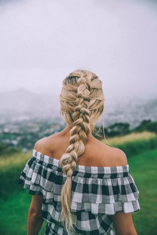 Tóc tết zig zag được làm bằng cách chia tóc thành 3 phần, sau đó bện dần về đuôi. Các lọn tóc được thêm đối xứng. Để vẻ ngoài thêm nữ tính, cô dâu có thể điểm thêm một vài bông hoa nhỏ cho mái tóc.