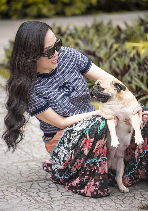 Cô thích chơi đùa với đàn chó cưng khi rảnh rỗi, thỉnh thoảngdắt chúng ra ngoài đi dạo.