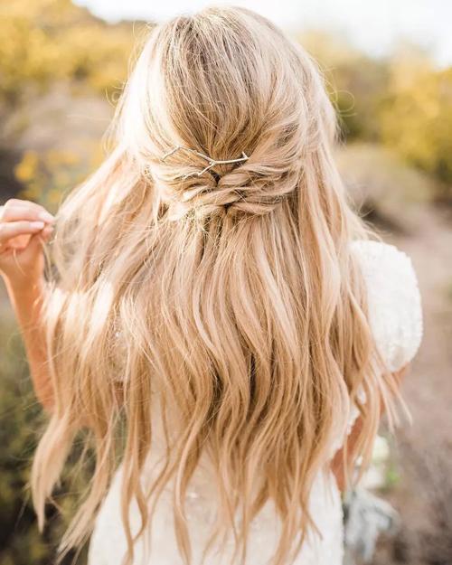 Tóc tết buộc nửa dành cho cô dâu tổ chức tiệc cưới bãi biển. Mẫu tóc không quá cầu kỳ, phức tạp, được buông xõa để làn tóc bay trong làn gió biển.