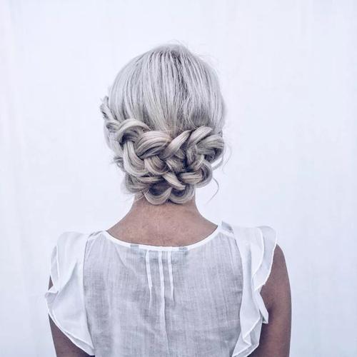 Tóc được bện chặt quanh đầu. Mái tóc màu nổi nên phần tóc tết càng trở nên nổi bật.