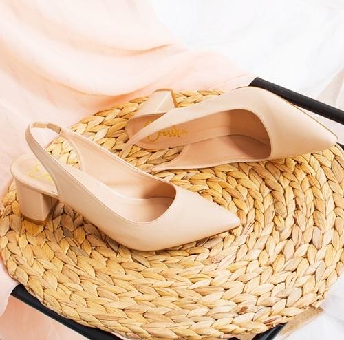 Giày cao gótSlingback Erosska EH015làm từ da PU cao cấp, chất liệu lót mềm và chiều cao 5 cm. Thiết kế đem lại vẻ nữ tính, ôm chân phái nữ. Tránh mang sản phẩm khi trời mưa hoặc thời tiết xấu dẫn đến bong tróc. Sản phẩm đang ưu đãi đến 27%, còn 219.000 đồng (giá gốc 300.000 đồng).