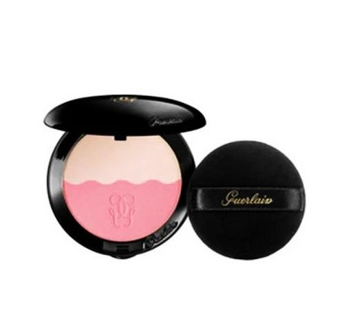 Phấn má hồng Guerlain Blush 02 Rose Neutre được chiết xuất từ thành phần dầu hoa hồng, hòa quyện với chất phấn mỏng mịn. Sản phẩm có giá 1,43 triệu đồng. Xem thêm nhiều loại phấn má hồng khác trên Shop VnExpress.