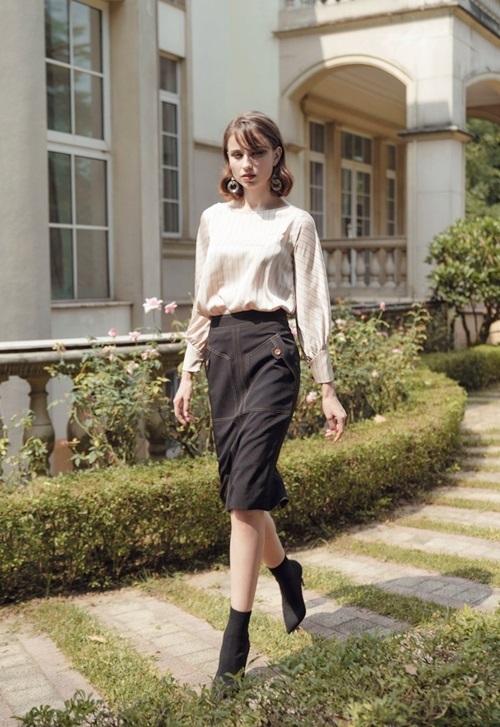 Chân váy tuýt xi HeraDG - WJP19001 có kiểu dáng cùng gam màu đen thời trang, mang đến vẻ trẻ trung, sành điệu cho người mặc. Sản phẩm được may từ chất liệu vải cao cấp, đường may chắc chắn. Thiết kế lọt top bán chạy trên Shop VnExpress, giá 768.000 đồng.