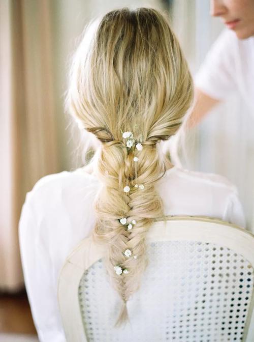 Tóc tết đuôi cá điểm hoa dành cho nàng dâu chuộng sự lãng mạn.