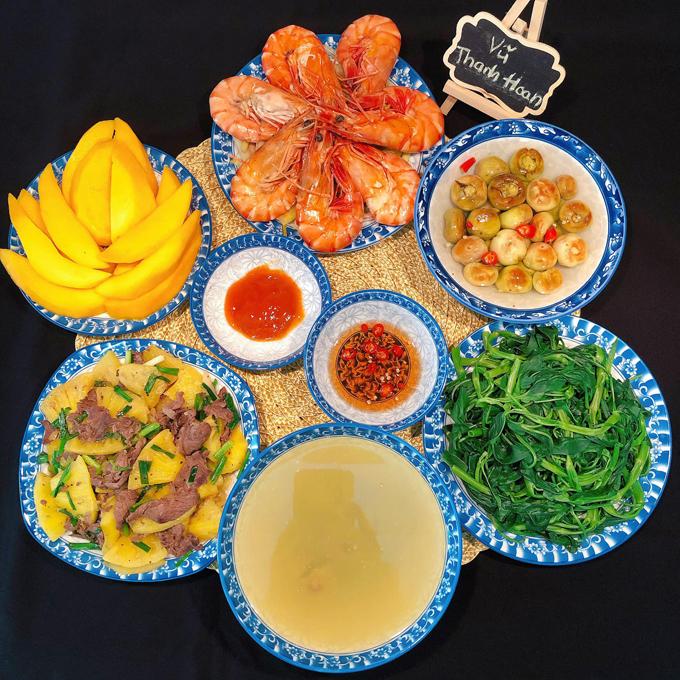 Những ngày trong tuần, chị Hoan sẽ chế biến những món đơn giản, dành những món cầu kỳ cho ngày cuối tuần. Sau bữa ăn, gia đình từ 4-6 người sẽ thưởng thức thêm trái cây giàu vitamin C như xoài, cam, bưởi, giúp tăng cường hệ miễn dịch.