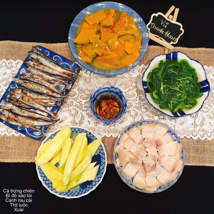 Các bữa cơm tối của ngày hôm trước và ngày hôm sau thường khác nhau vì chồng chị Hoan không muốn ăn các món lặp lại. Anh dị ứng tôm, mực nên chị Hoan tránh các loại thực phẩm này.