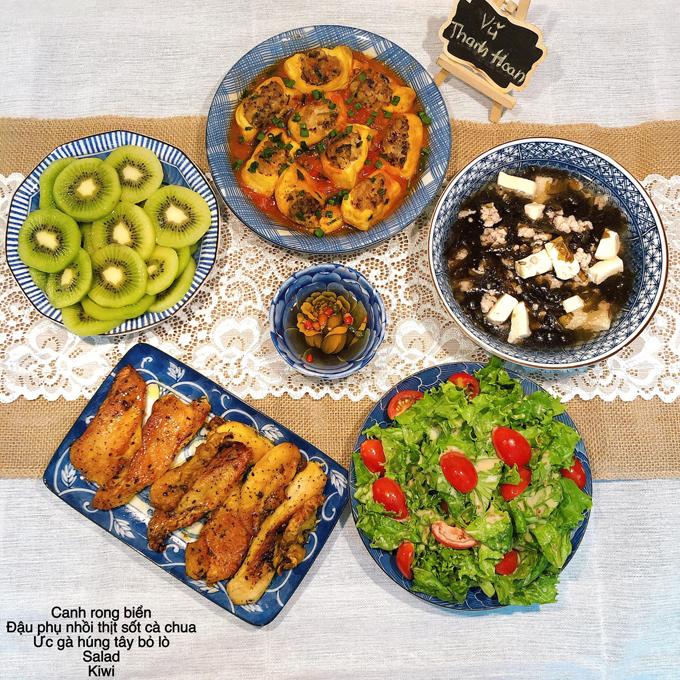 Một bữa cơm có canh rong biển - thực phẩm chứa nhiều lợi ích tốt cho sức khỏe. Chị Hoan cũng tiếp tục bổ sung vitamin C trong bữa cơm bằng món salad rau.