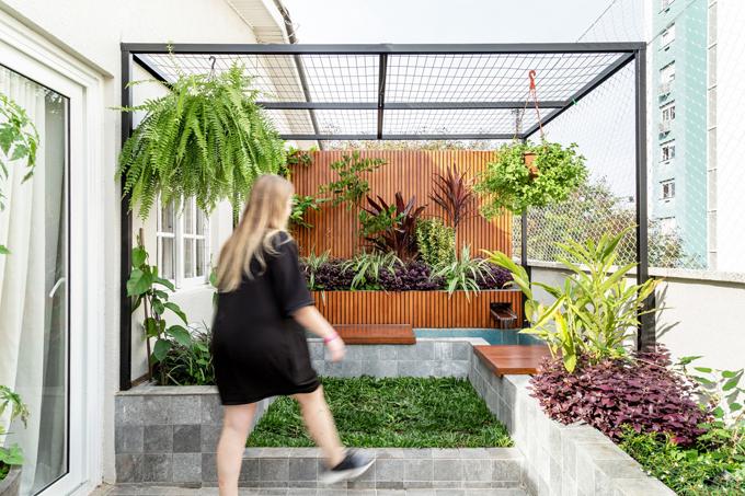 Căn hộ gồm có 2 tầng, diện tích 98 m2,nằm ở tầng trên cùng của mộttòa nhà. Công trìnhđược cải tạovào năm 2019 bởi nhóm kiến trúc sư của Urban Ode Arquitetura e Urbanismo.