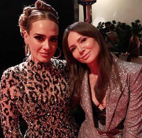 Adele (trái) và nhà báo người Hà Lan tại tiệc hậu Oscar 2020.