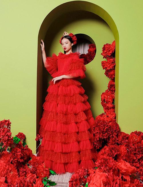 Bảo Hà như đoá hồng rực rỡ nơi cung cấm khi diện chiếc váy đỏ.
