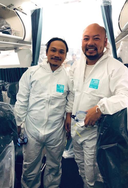 Anh Đỗ Tùng Lâm (trái) và đồng nghiệp trước chuyến bay đến Vũ Hán. Ảnh: NVCC.