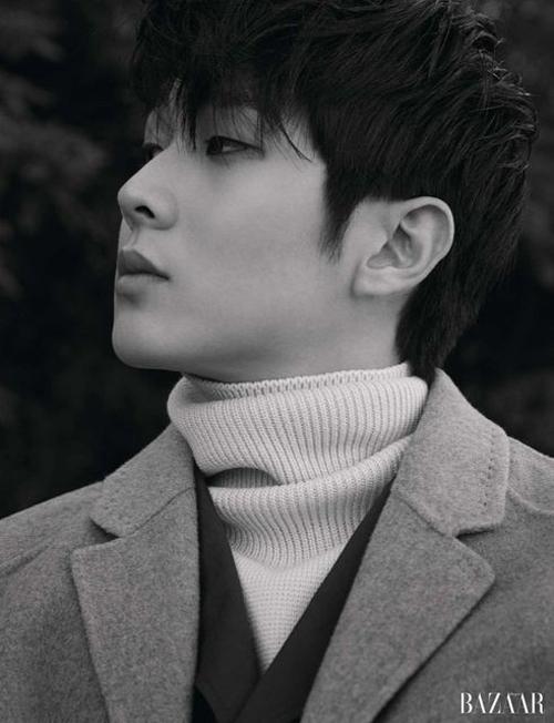Phong cách đúng chuẩn phong cách Hàn Quốc với lối mix nhiều layer từ áo cổ lọ, vest và măng tô đi kèm.