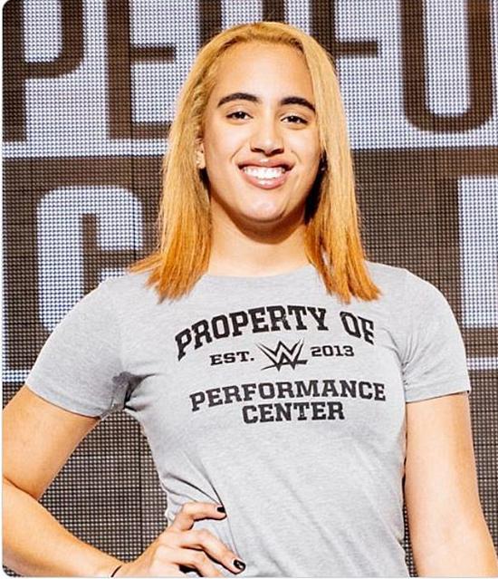 Simone tự hào khoác chiếc áo của Trung tâm trình diễn WWE.