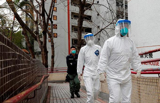 An ninh được thắt chặt ở chung cư Hong Mei House từ sáng 11/2. Ảnh: Reuters.