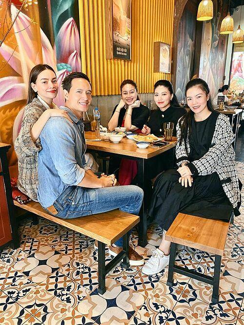 Hồ Ngọc Hà - Kim Lý đi ăn bánh canh cá lóc tại một quán của một người chị thân thiết ở Hà Nội.