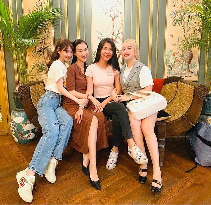 Chia sẻ ảnh bên những người bạn, MC Hoàng Oanh chia sẻ: Hẹn hò mùa corona, bỏ khẩu trangvài phút chụp hình sống ảo.