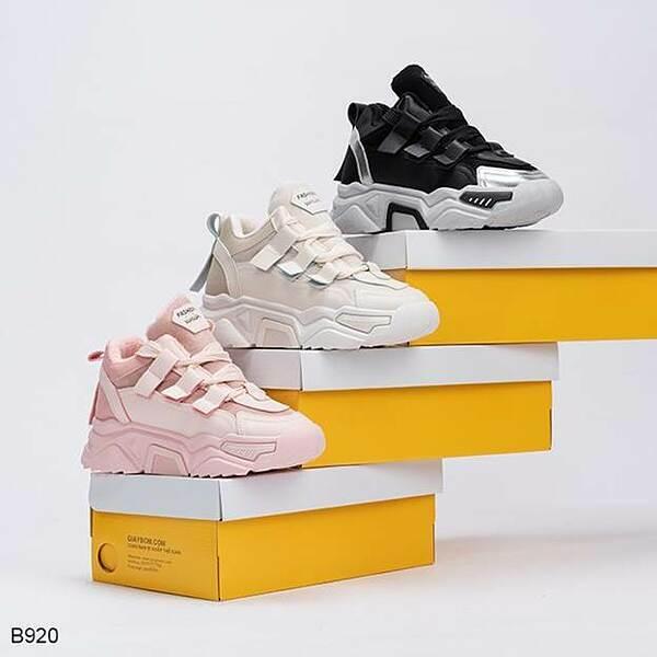 Bắt nhịp xu hướng thời trang năng động của khách hàng Việt, bộ sưu tập mới củagiayBOM khá đa dạng, phong phú với nhiều kiểu mẫu giày thể thao, sandals, boots... Đến với giayBom, khách hàng dễ dàng tìm thấy những đôi giày trẻ trung, khỏe khoắn và năng động. Bộ sưu tập của giày BOM được cập nhật thường xuyên những mẫu mã độc đáo, thời trangnhư những đôi giày đổi màu - xu hướng của năm 2020.