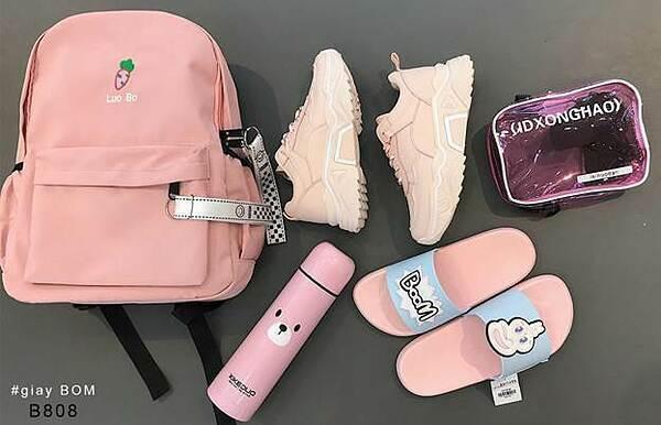 Ngoài các sản phẩm chuyên về giày, giayBOM còn có nhiều dòng sản phẩm khác như balo, túi xách, phụ kiện...