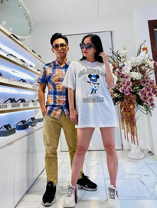 Khánh Thi được ông xã Phan Hiển đưa đi mua quà tặng Valentine sớm.
