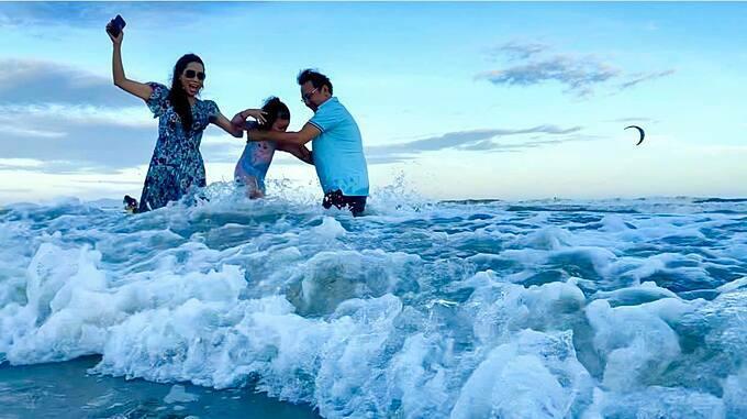 Diễn viên Trịnh Kim Chi nô đùa trên biển cùng chồng và con gái.
