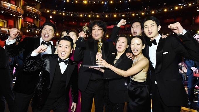 Đoàn phim Ký sinh trùng hân hoan nhận tượng vàng Oscar.