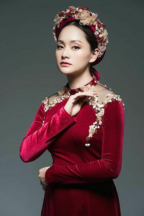 Diễn viên Lan Phương thướt tha trong áo dài truyền thống nhưng lại được khán giả nhận xét như chị em sinh đôi với Bảo Thanh.
