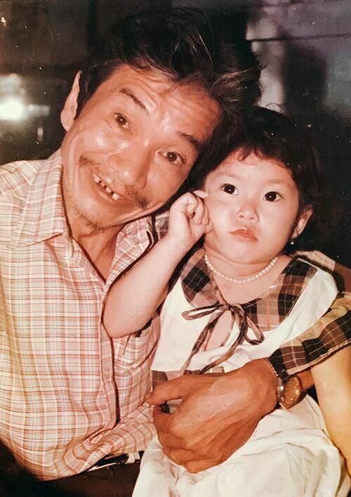 Diễn viên Lê Phương đăng ảnh chụp cùng ông ngoại thời nhỏ và thông báo ti buồn ông qua đời vì tuổi già, thọ 91 tuổi.