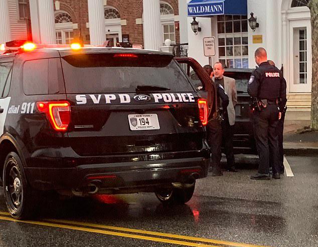 Michael Lohan bị cảnh sát còng tay đưa ra khỏi nhà riêng ở Southampton, New York ngày 10/2.