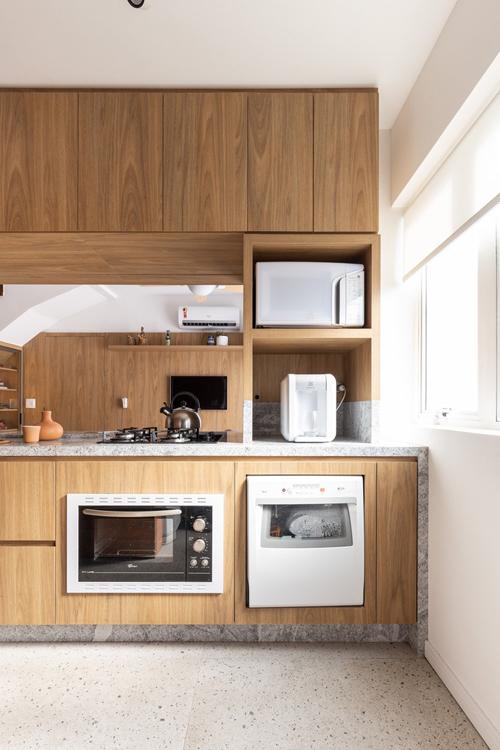 Phía bên trong khu vực bếp. Gia chủ chọn lựa nội thất từ gỗ hoa văn, màu sắc đồng nhất cho không gian.