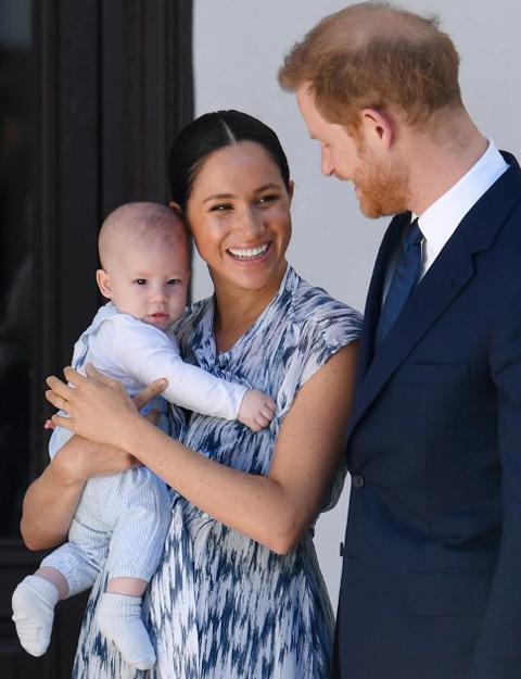 Vợ chồng Meghan và con trai Archie trong chuyến công du châu Phi hồi tháng 9/2019. Ảnh: EPA.