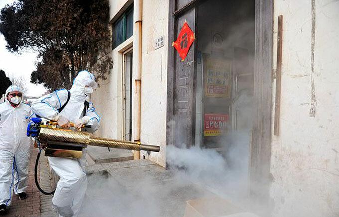 Trung Quốc xịt khử trùng nhà dân và đường phố trong khu vực nghi nhiễm nCoV. Ảnh: Barcroft Media.