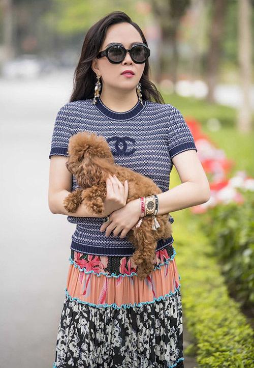 Cô cho biết mình rất yêu động vật nên đàn cún được chăm sóc kỹ lưỡng, kể cả khi vắng mặt chủ nhân. Ở Hà Nội, Phượng Chanel thuêngười giúp việc dọn dẹp, chăm chút cho đàn chó.