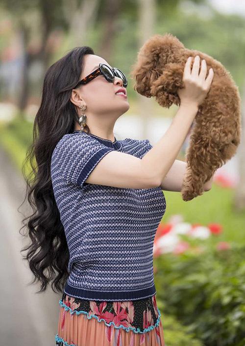 Khi chia sẻ ảnh bế cún đi chơi trên trang cá nhân, Phượng Chanel được bạn bè khen ngợi phong thái nhẹ nhàng, làn da mịn màng, trắng sáng.