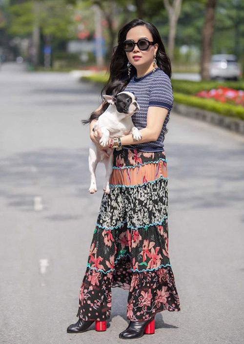 Phượng Chanel vừa ra Hà Nội cúng rằm tháng Giêng. Cô thường xuyên bay đi bay về giữa hai miền Nam - Bắc để đảm đương việc kinh doanh, gần gũi người thân và dành thời gian chăm sóc đàn cún cưng.