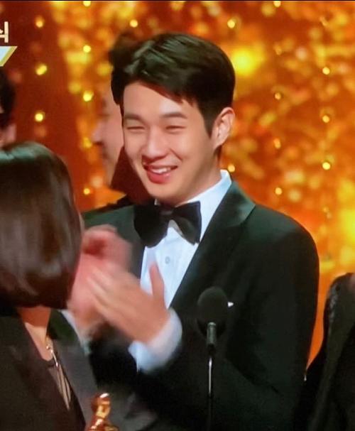 Choi Woo Shik mừng phát khóc.