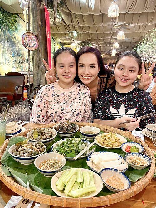 Thúy Hạnh đưa hai con gái đi ăn ốc.