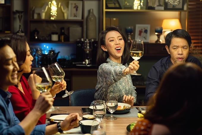 Thu Trang hào hứng, Thái Hòa căng thẳng trong một cảnh phim.