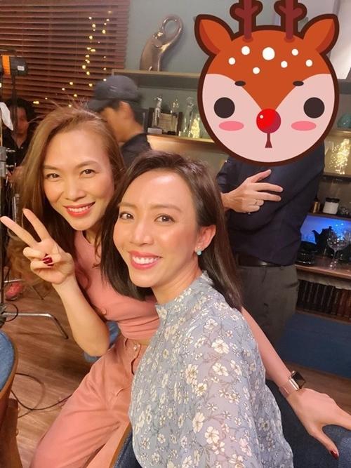 Mỹ Tâm (trái) chụp cùng Thu Trang trên trường quay Tiệc trăng máu.