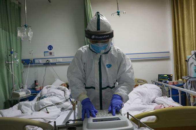 Một nhân viên y tế làm việc tại bệnh viện thuộc quậnThái Điện, Vũ Hán, Trung Quốc hôm 6/2. Ảnh: Reuters.