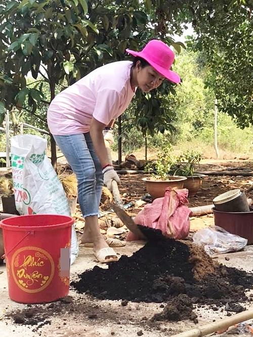 Thời gian rảnh, Kiều Trinh thường dẫn hai con về vườn chơi, tận hưởng không khí trong lành và trồng các loại cây.