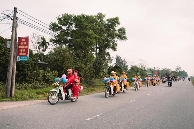 Vào ngày 1/2, chú rể Nguyễn Trọng Tứ, làng An Trú, xã Triệu Tài, huyện Triệu Phong, Quảng Trị đã gây ấn tượng bởi màn rước dâu bằng 10 chiếcHonda Super Cub.