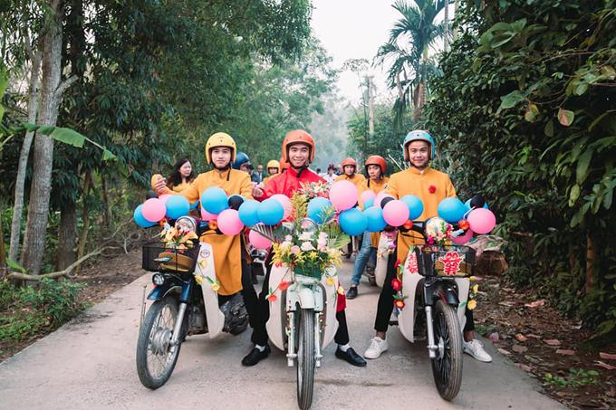 Chú rể không tham gia câu lạc bộ đam mê xe Cub nên để có được đủ 10 chiếc xe rước dâu, anh đã đi mượn của những người dân trong làng. Tất cả người thân đều thích ý tưởng về dàn xe hoa nên trợ giúp đôi vợ chồng trang trí xe vớihoa, bóng bay cho phù hợp đám cưới.